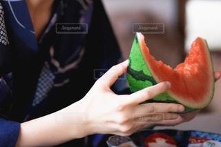 スイカを食べる人の写真・画像素材[2410381]