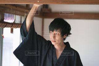 浴衣を着る男性モデルの写真・画像素材[2410431]