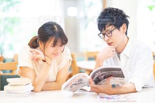 本を読む2人の写真・画像素材[2498033]