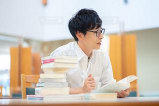 試験勉強する人の写真・画像素材[2498097]