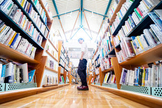 図書館にいる人の写真・画像素材[2498616]