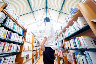 図書館にいる人の写真・画像素材[2498617]
