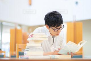 試験勉強する人の写真・画像素材[2498619]