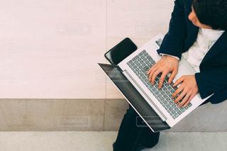 ノートパソコンで仕事をする人の写真・画像素材[2887319]