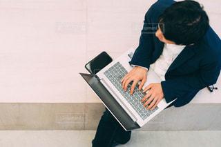 パソコンで仕事するひとの写真・画像素材[2887321]