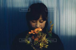 花束を持つ女性の写真・画像素材[2896736]
