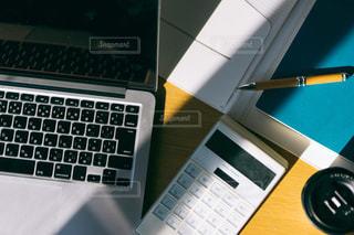 テーブルの上にあるノートパソコンの写真・画像素材[2972270]