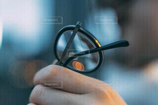 メガネを持つ女性の写真・画像素材[3741395]