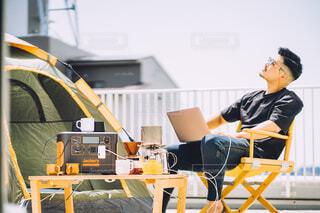 家の屋上で気分転換で仕事する人の写真・画像素材[4398959]