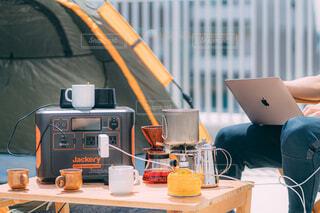 屋上で仕事をする人の写真・画像素材[4398961]