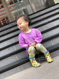 ベンチに座っている小さな子の写真・画像素材[2176847]