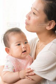 赤ん坊を抱える女性 - No.723178