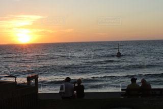 女性,男性,恋人,自然,風景,海,空,太陽,ビーチ,夕暮れ,水面,海岸,光,クラウド