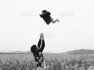 草の上に空気を通って飛んでる子供。 - No.814453