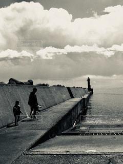 曇り空を歩いている親子の写真・画像素材[813268]