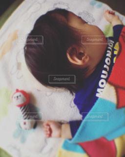 寝相は赤ん坊スタイルの写真・画像素材[1052463]
