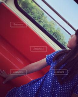 観覧車から外を眺める少女の写真・画像素材[1073404]