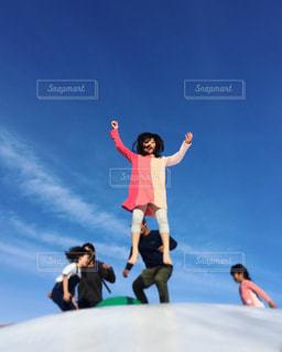 トランポリンで大ジャンプの写真・画像素材[1099045]