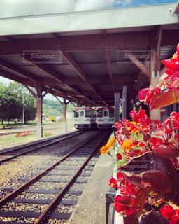 電車は建物の脇に駐車します。の写真・画像素材[1370545]