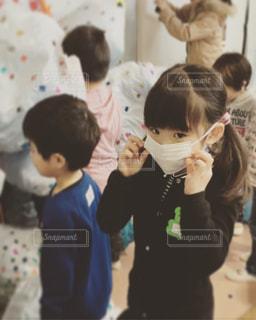 子の隣に立っている人のグループの写真・画像素材[1675064]