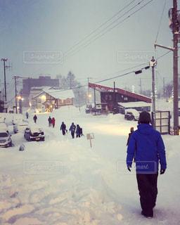 雪の覆われた斜面の上に立って人々 のグループの写真・画像素材[1740680]