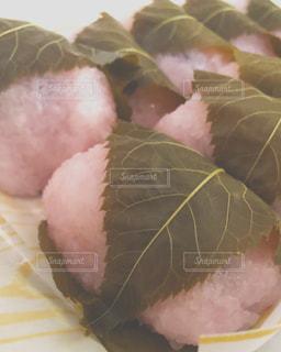 近くにプレートの上に食べ物のアップの写真・画像素材[1885301]