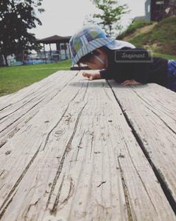 ファッション,公園,黒,帽子,人物,コーディネート,男の子,コーデ,ブラック,3歳,黒コーデ,デニムパンツ,春ファッション,ロンT
