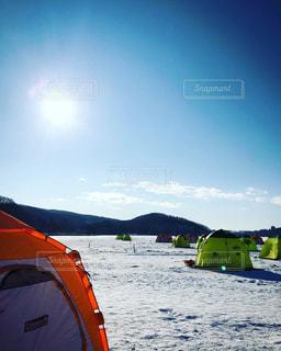 空,雪,湖,太陽,晴れ,晴天,光,テント,快晴,景観,日中,ワカサギ釣り,網走湖