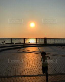 茜色の夕日の写真・画像素材[3410186]