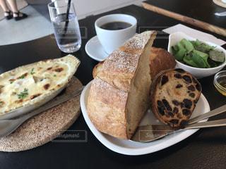 テーブルの上に食べ物のプレートの写真・画像素材[763466]