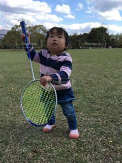 凧を保持している小さな男の子の写真・画像素材[1526725]
