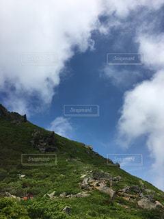 近くの丘の中腹のアップの写真・画像素材[765976]
