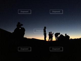 暗闇の中で立っている人のカップルの写真・画像素材[766006]