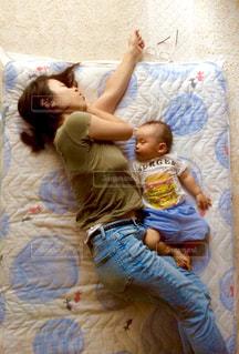 ベッドの上で横になっている女の赤ちゃんの写真・画像素材[1624005]