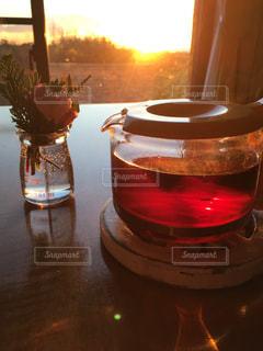テーブルの上のコーヒー カップの写真・画像素材[937506]