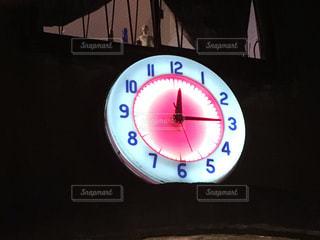 側に取り付けられた大時計の写真・画像素材[937510]