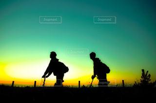日没の前に立っている男 - No.772635