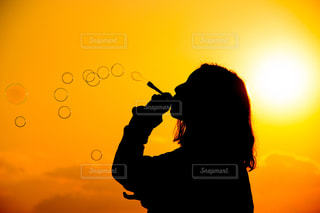 女性,空,夕日,夕焼け,景色,シャボン玉