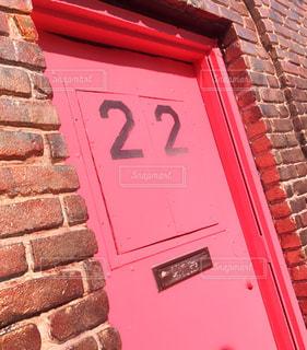 れんが造りの建物に赤の記号の写真・画像素材[845922]