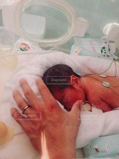 手,子供,赤ちゃん,こども,新生児,出産,触れ合い,入院,乳児,医療,装置,初対面,保育器,NICU