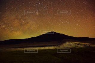 阿蘇草千里の星空の写真・画像素材[868622]