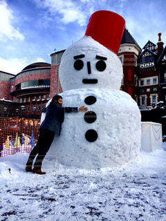 雪をスノーボードに乗る男覆われた斜面 - No.880266
