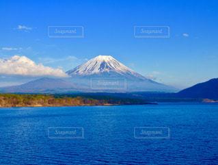 背景の富士山と水の大きな体の写真・画像素材[1222157]