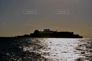 水の体に沈む夕日の写真・画像素材[1226477]
