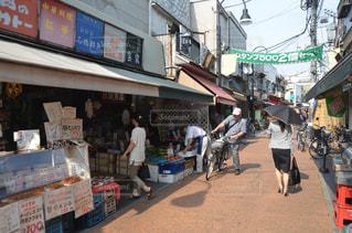 通りを歩く人々 のグループの写真・画像素材[1251624]
