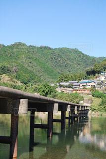 水の体の上の橋の写真・画像素材[1251641]