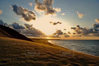 水の体に沈む夕日の写真・画像素材[1251652]