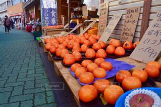 テーブルの上のオレンジのグループの写真・画像素材[1258012]