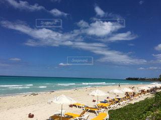 砂浜の上に座っての芝生の椅子のグループの写真・画像素材[1258045]
