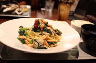 テーブルの上に食べ物のプレートの写真・画像素材[772053]